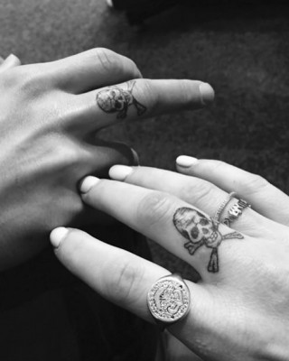 Check Out Ellie Goulding's Cool New Skull Tattoo On Her Finger!