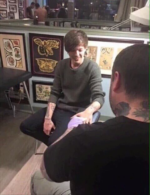 Louis Tomlinson Gets New Tattoos on His Fingers and Rear End!