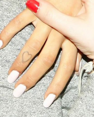 """Check Out Ariana Grande's Heart Finger and """"Hi"""" Toe Tattoos!"""