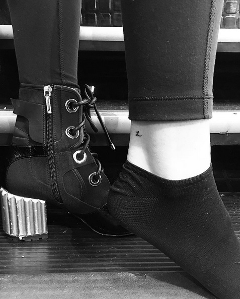 "Sofia Richie Gets ""L"" Ankle Tattoo for Music Legend Father"